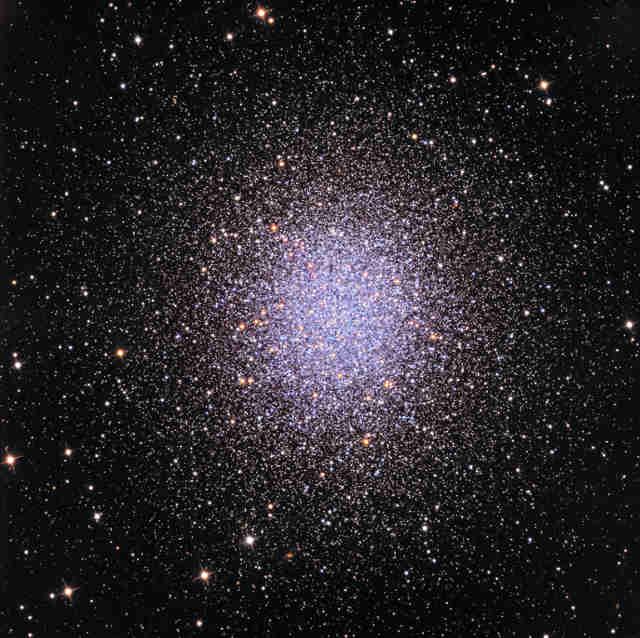 Barevný obrázek kulové hvězdokupy M13 - tak, jak ji pořídil dalekohled Schulman