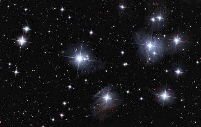 Fotografie otevřené hvězdokupy M45 z Raw Astrophotography Data