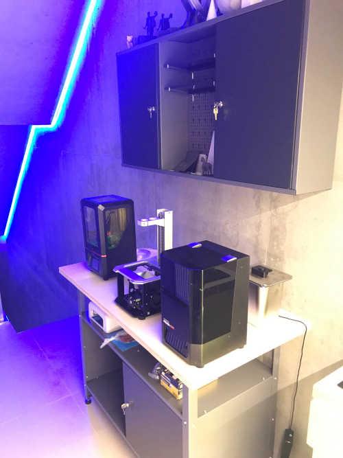 Dílenský stolek s 3D tiskárnami typu LCD (tisk speciálními pryskyřicemi)