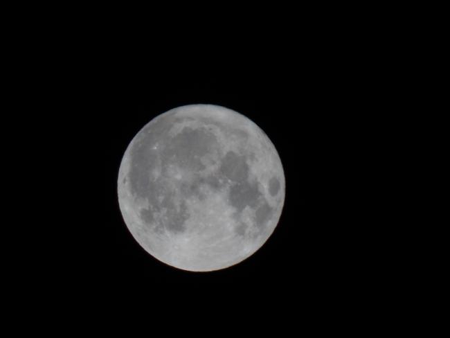 Fotografie měsíčního úplňku v podobě, jak jsem ji obdržel. Měsíční kotouč není zcela vycentrován. Sice to není povinné, ale provedu úpravy fotografie tak, aby kotouč Měsíce o průměru přibližně 140 mm byl uprostřed černé čtvercové plochy o rozměru strany 160 mm.