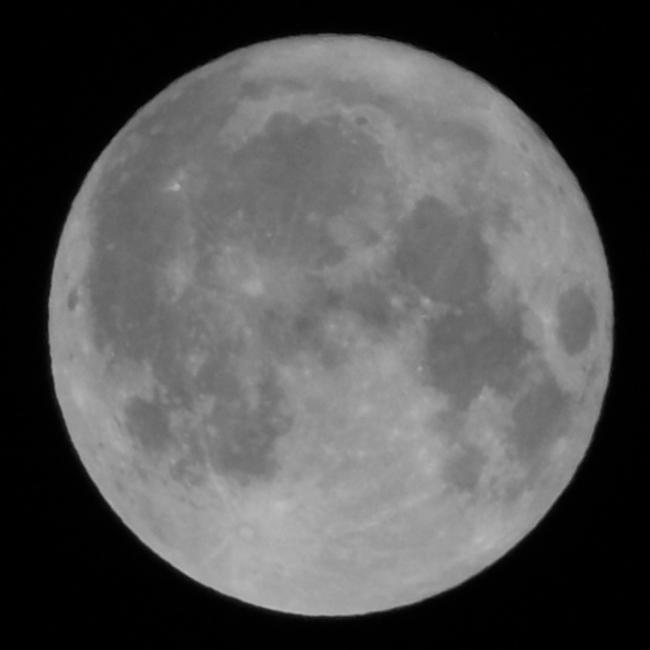 Takto upravený obrázek – s měsíčním kotoučem o přibližném průměru 140 mm s čtvercovým černým pozadím o velikosti strany 160 mm – dále do podoby reliéfu zpracuji v Image to Litophane