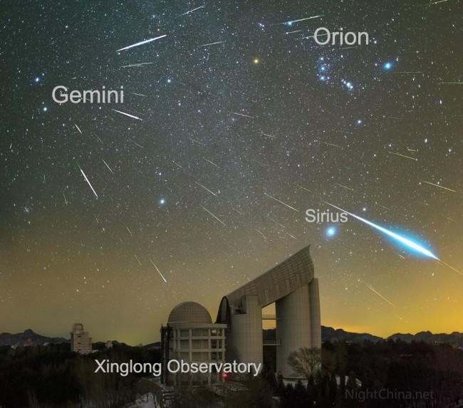 Geminidy nad observatoří Xinglong - bližší popis hned za touto fotografií