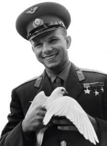 Jurij Gagarin s bílou holubicí - bližší popis hned za touto fotografií
